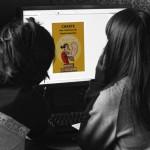 Céline Guichard et Mai-li Bernard travaillant à la conception d'un flyer pour la charte contre le sexisme (Photographie d'Alain François)